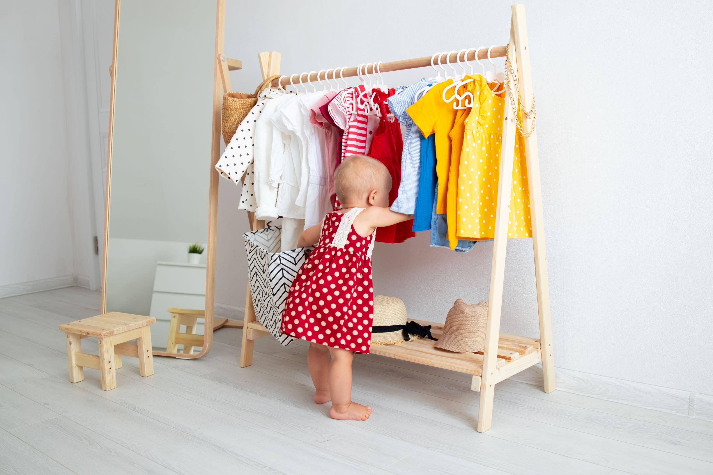 niña eligiendo vestido