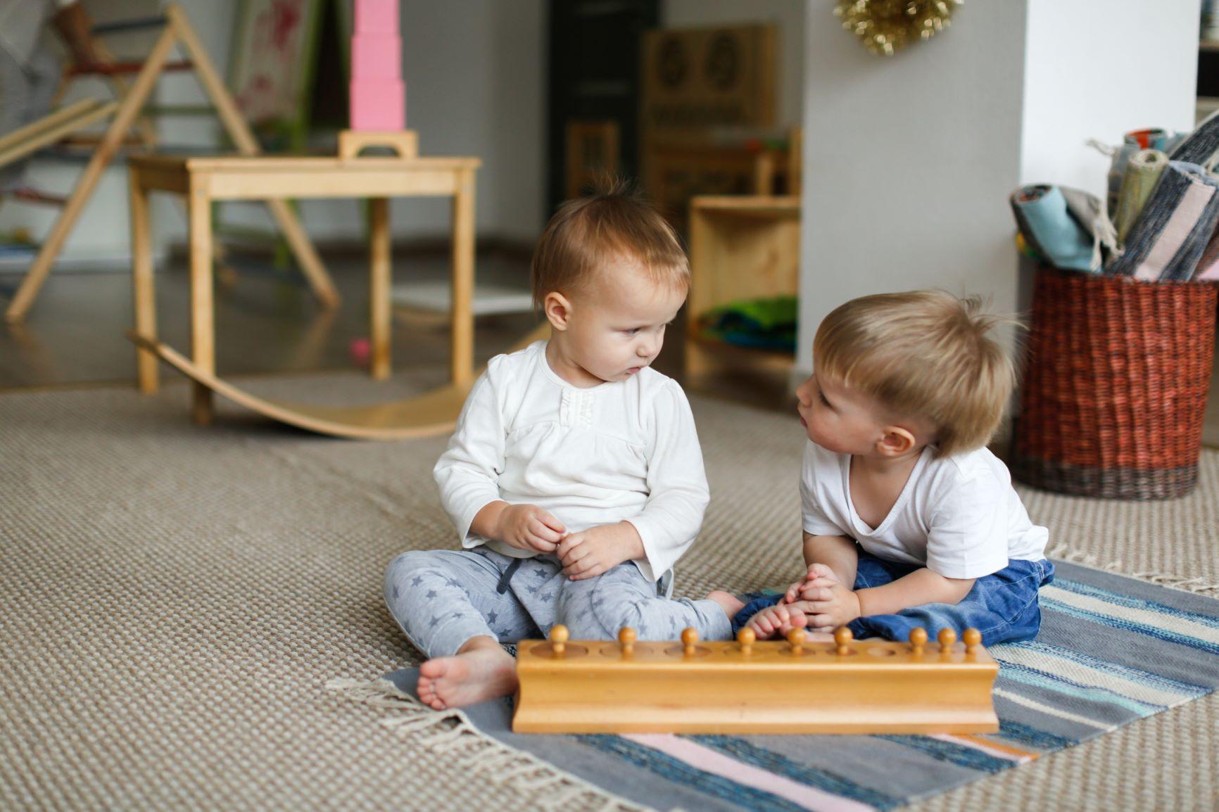 niños utilizando los cilindros montessori para trabajar las sensaciones