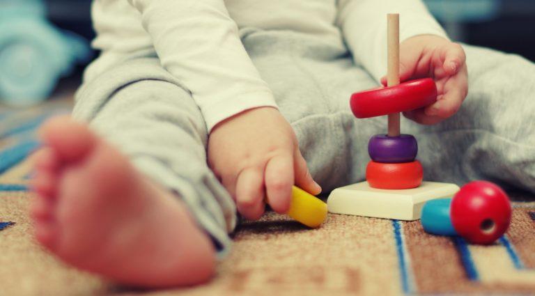niño en ambiente montessori que fomenta la inclusión educativa