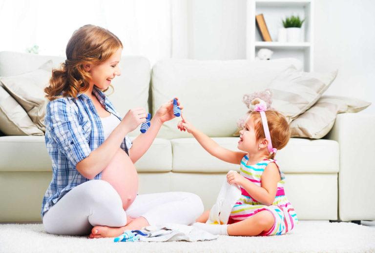 niña desarrollando autonomia al elegir calcetines siguiendo metodo montessori