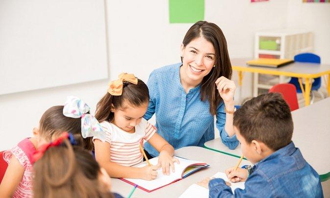 guía montessori en el aula con niños