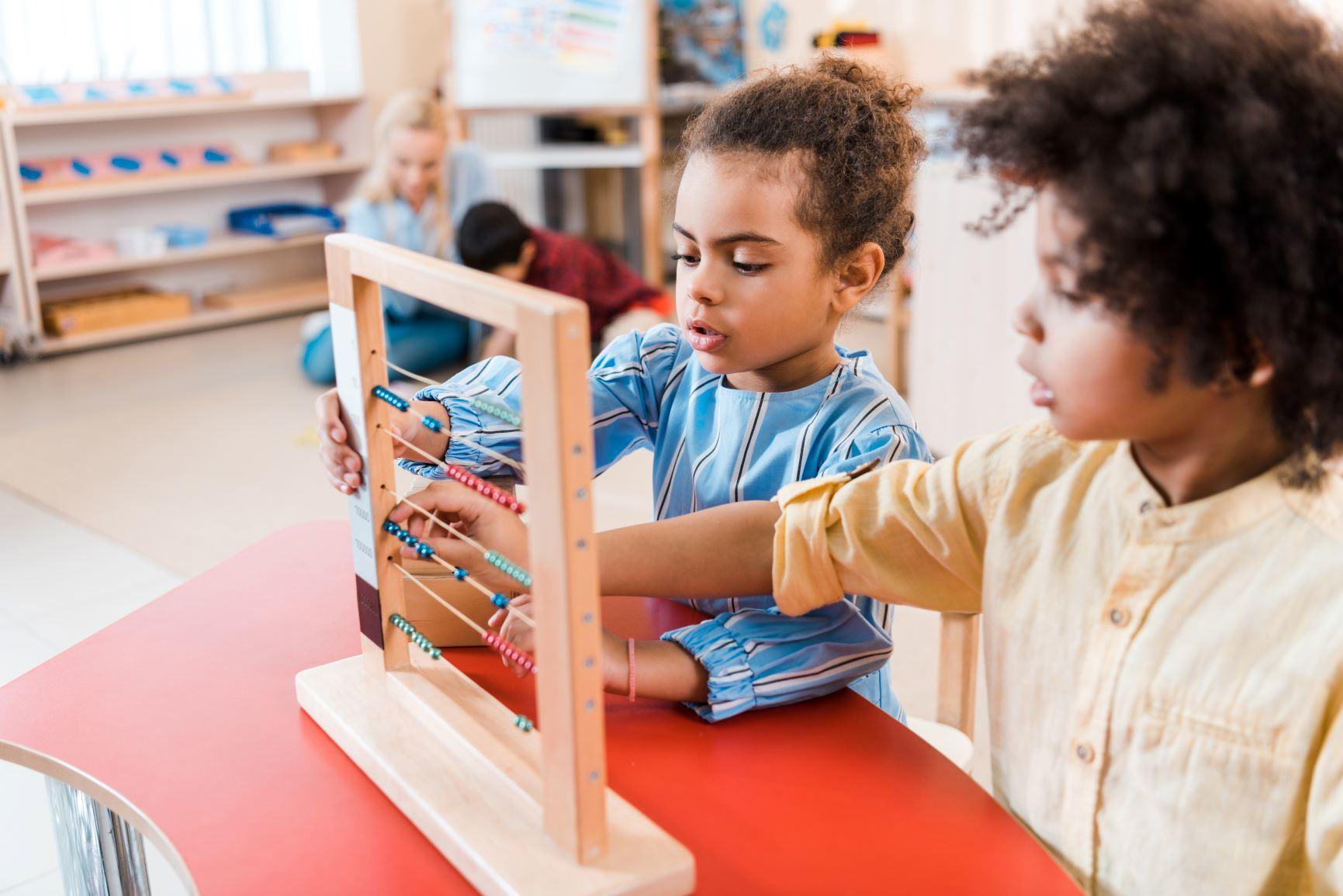 niños aprendiendo matemáticas con materiales Montessori
