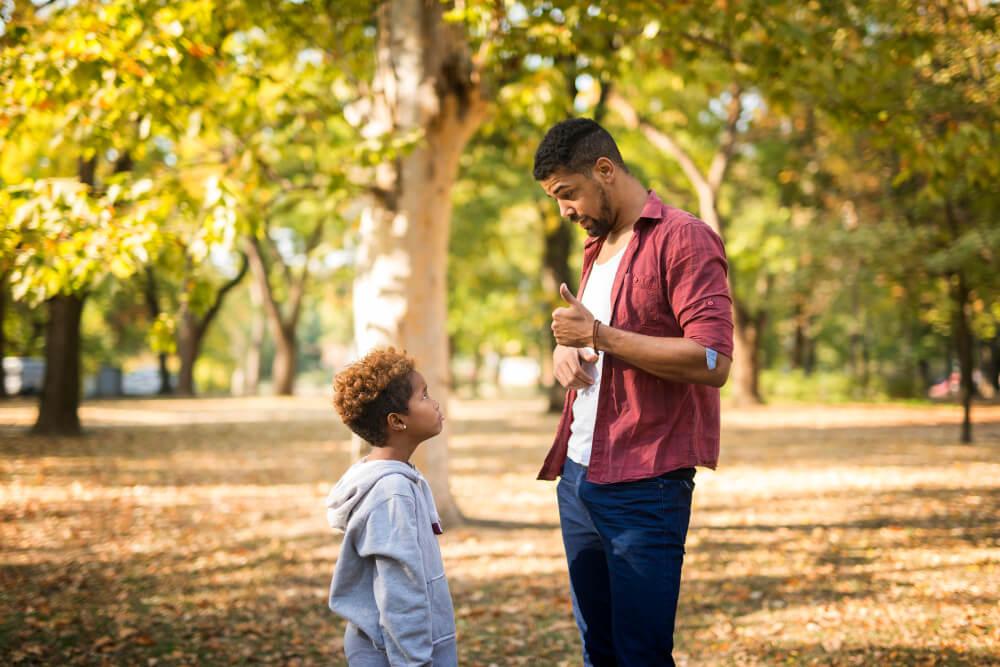 padre educando a su hijo sin castigos ni premios