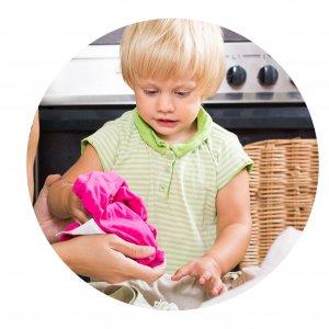 niño en casa limpiando