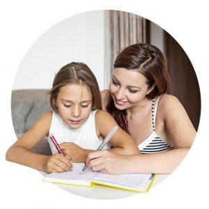 madre ayudando en los deberes