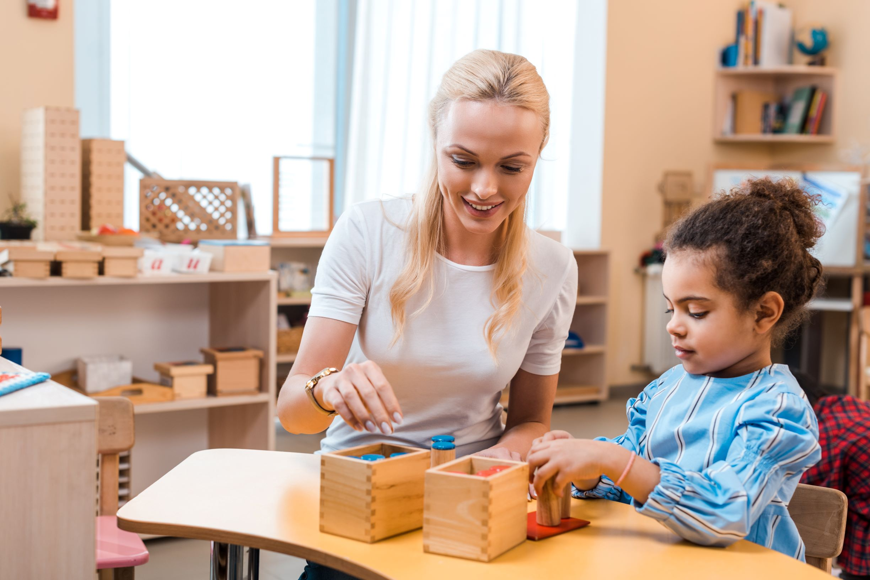 guia montessori evaluando a niña mediante la observacion