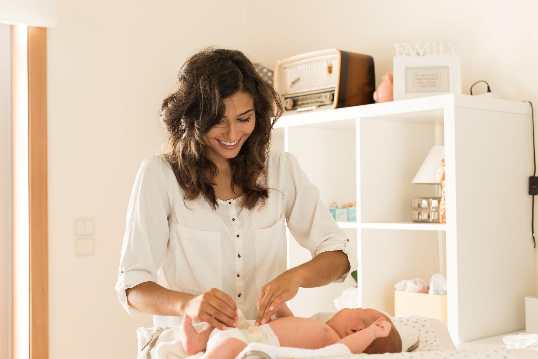 mama cambiando el pañal a su bebe