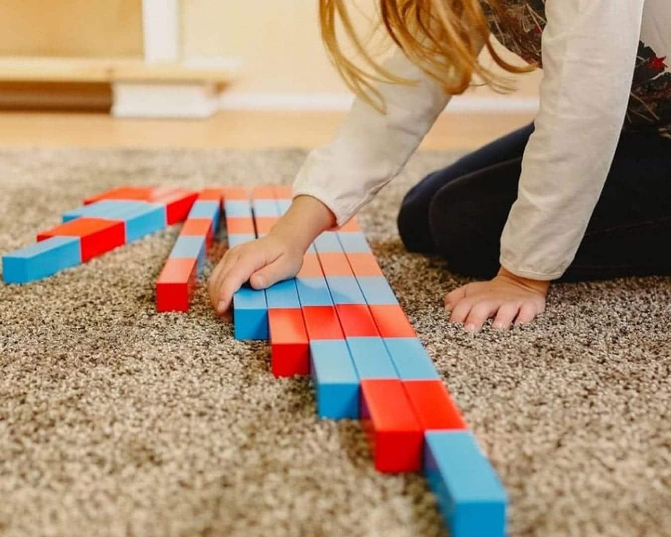 niña utilizando materiales montessori para aprender matematicas