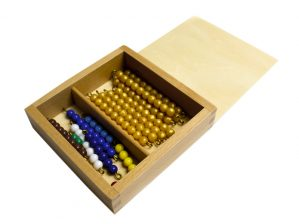 caja de perlas y decenas del material montessori para matematicas