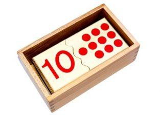 caja con fichas y numerales montessori para aprender matemáticas