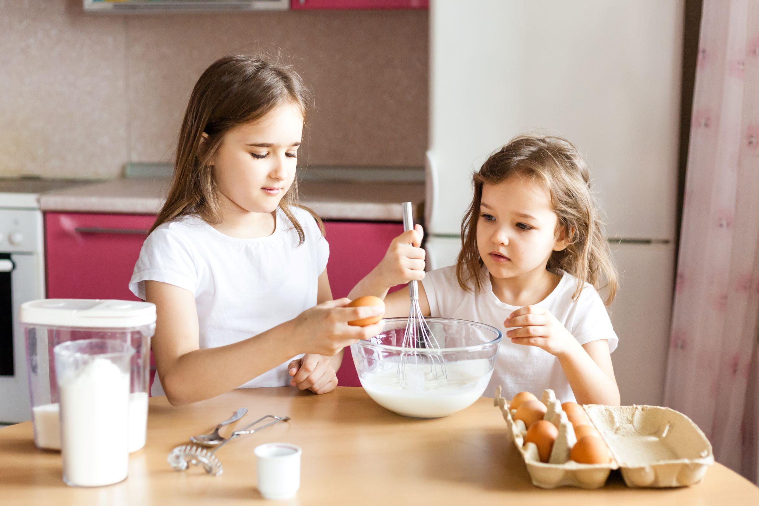 niñas participando en las actividades de casa