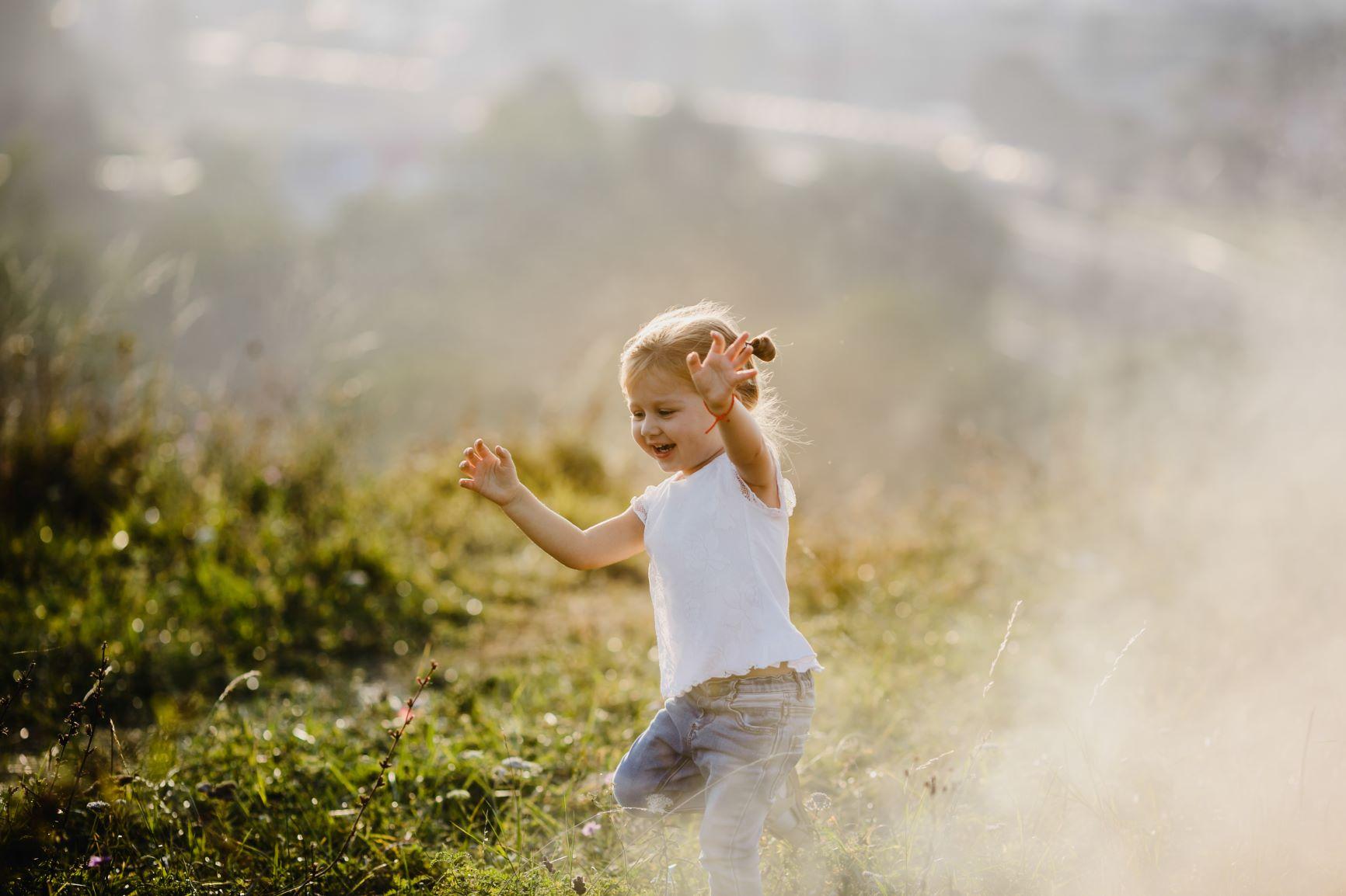 niña pequeña con imaginación jugando en el campo
