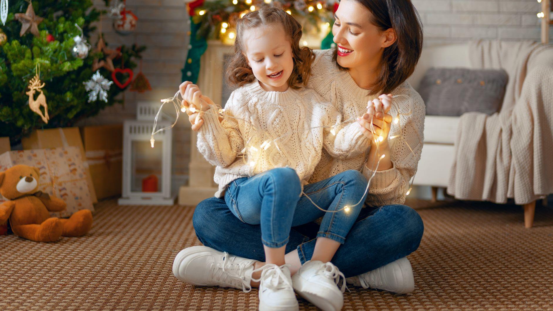 Familia festajando año nuevo y navidad