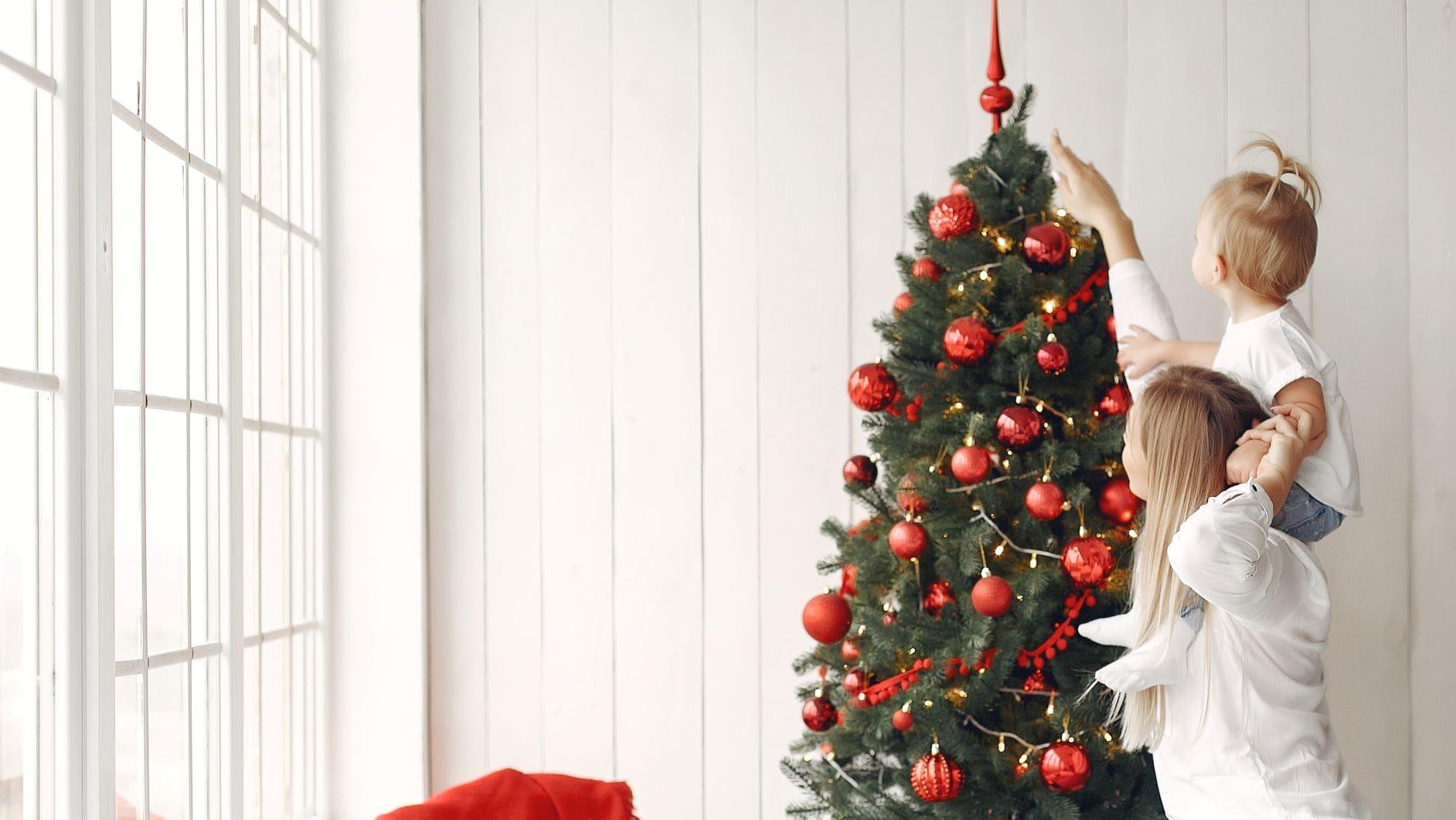 mujer señalando un árbol de navidad