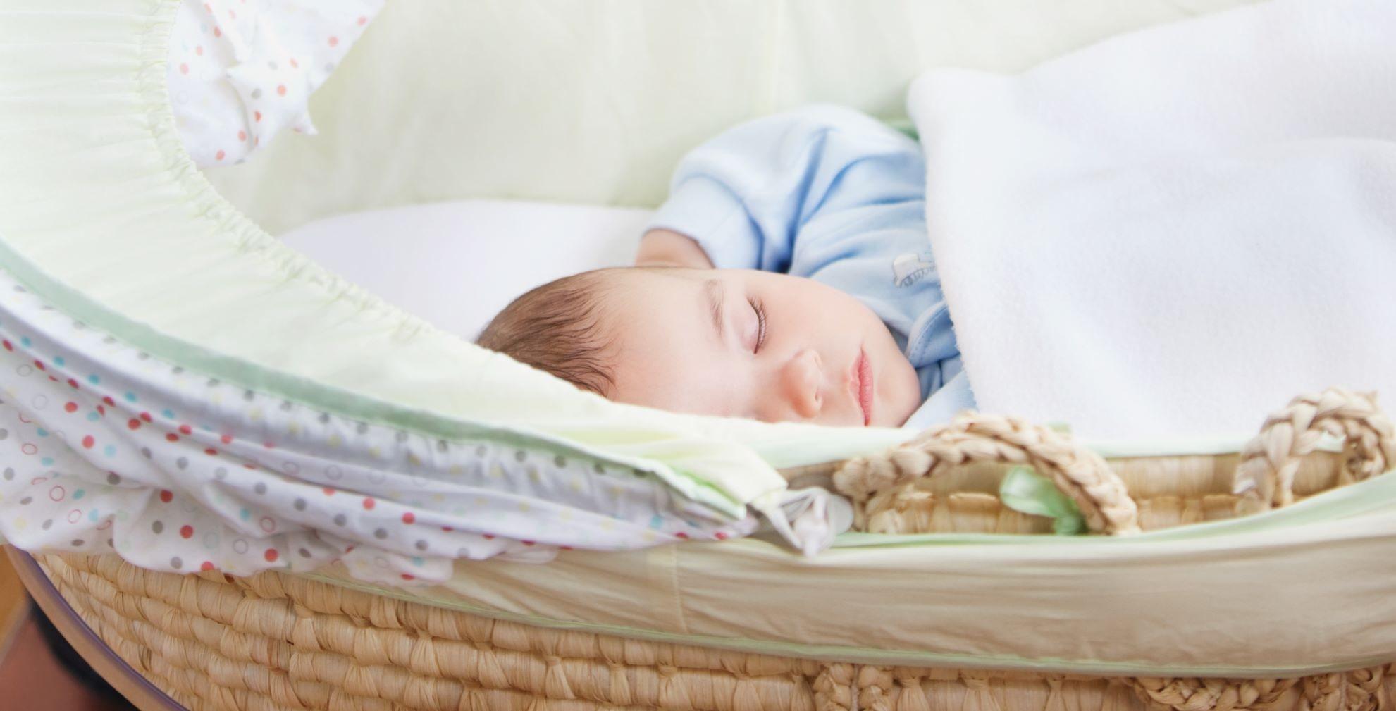 bebé durmiendo en su cuna