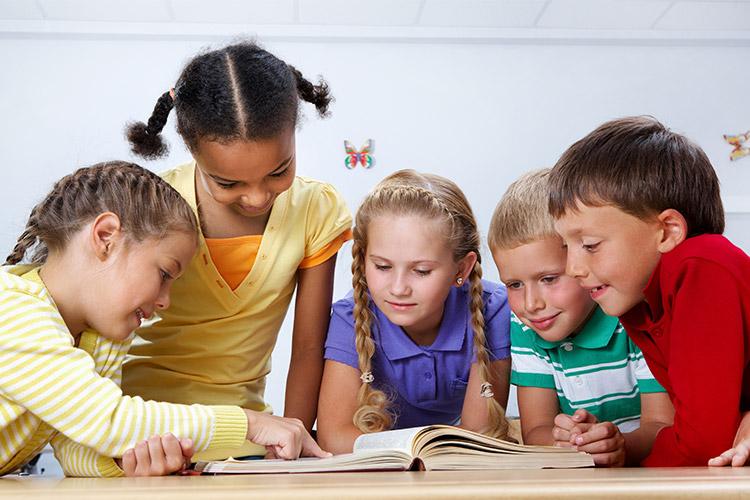 niños en aula innovadora