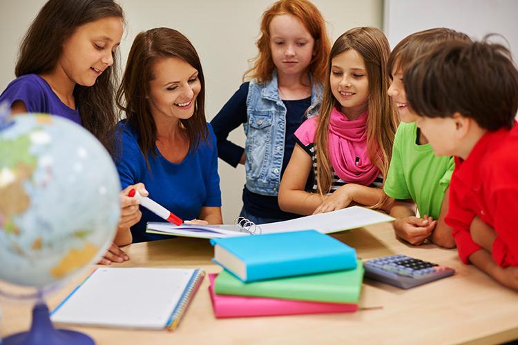 docente innovadora en el aula con niños