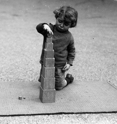 niño usando la torre rosa montessori