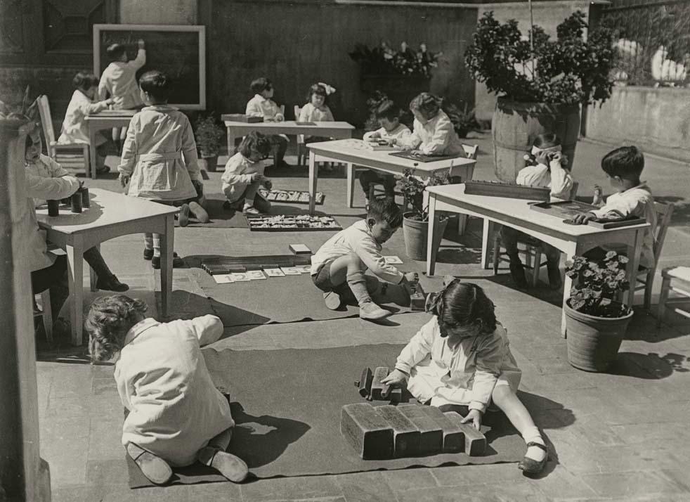 niños usando materiales montessori