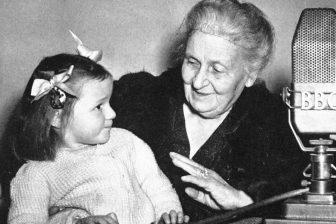 maria montessori con una niña en la bbc
