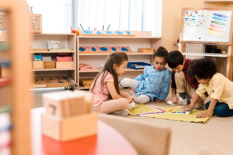 niños en ambiente preparado bajo la observación del asistente montessori