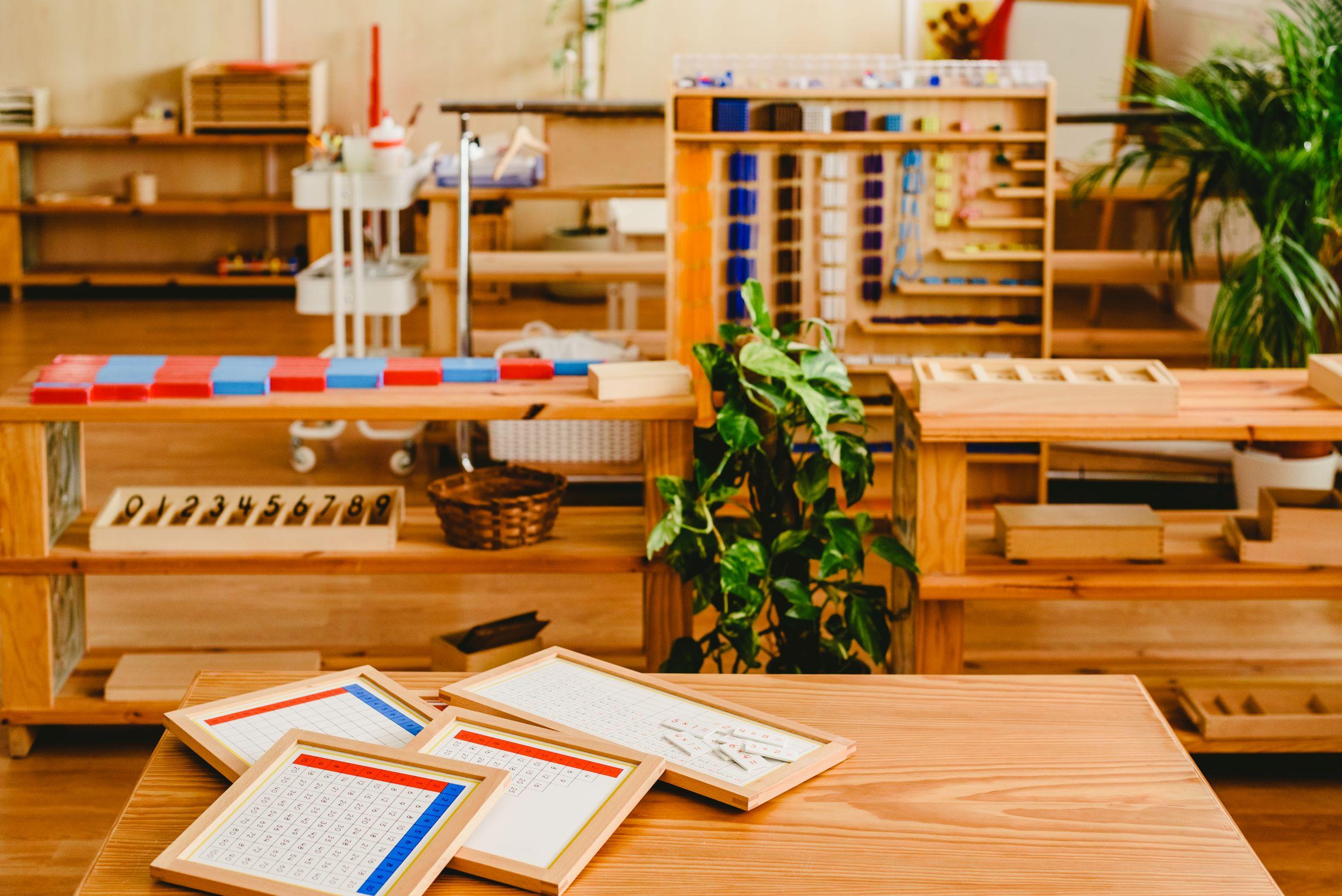 materiales montessori dentro de un ambiente preparado