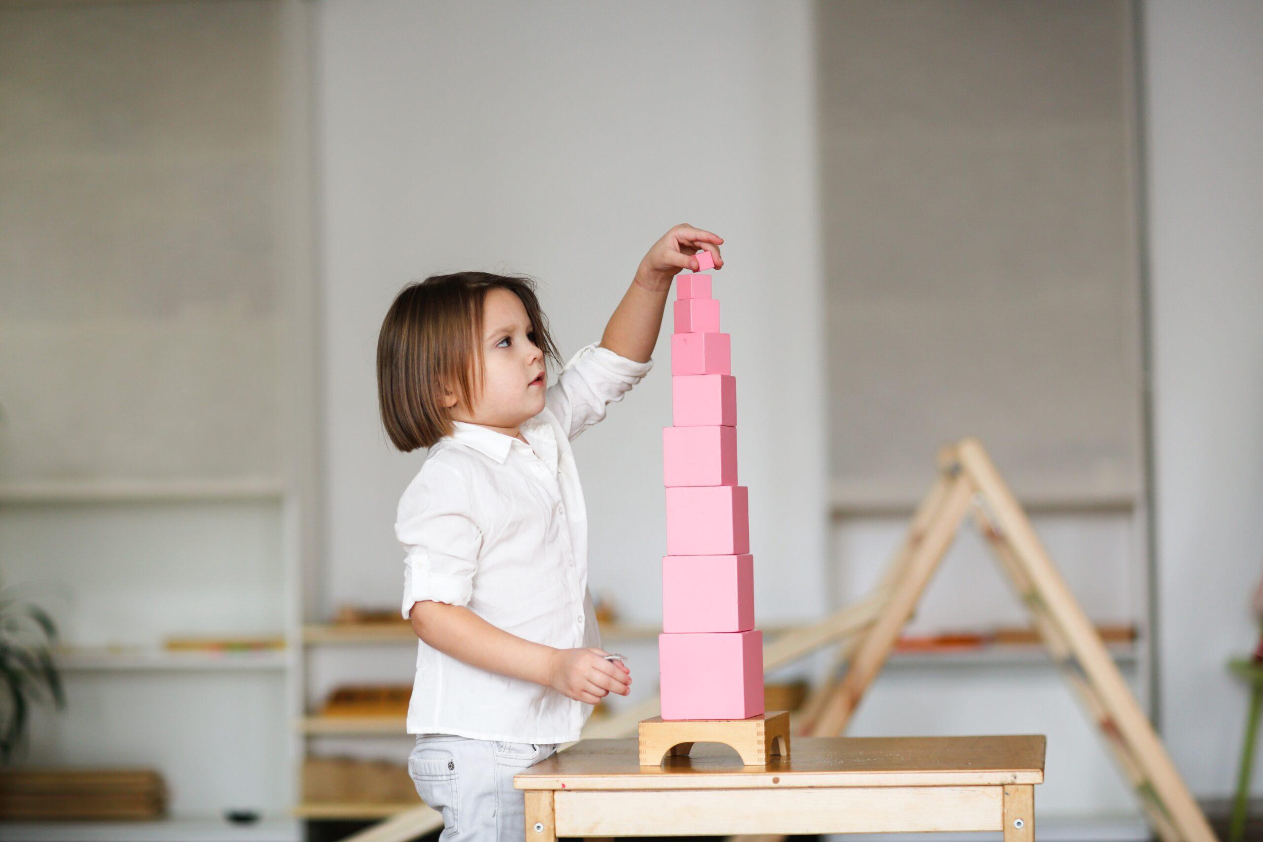 niña con torre rosa montessori