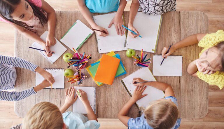niños trabajando en equipo como estrategia de innovacion educativa