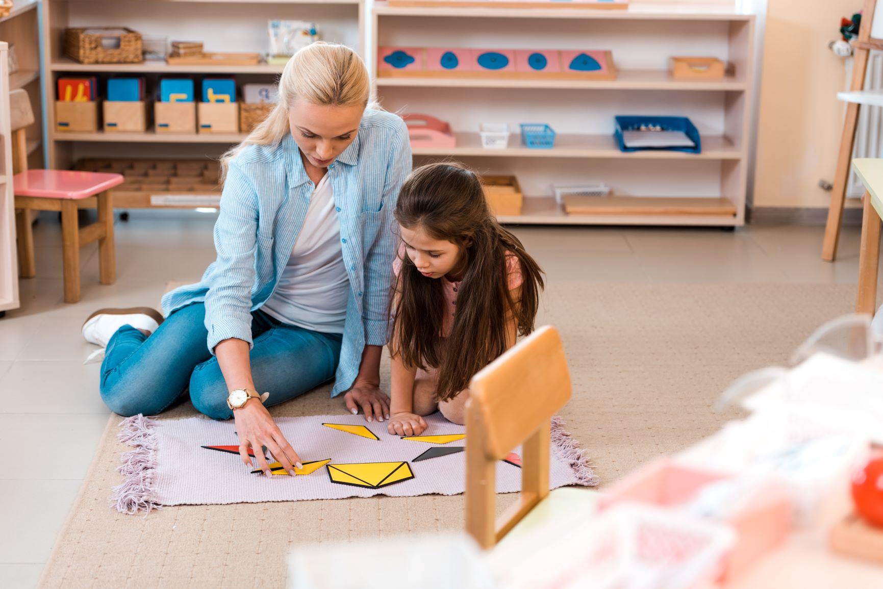 maestra montessori manipulando materiales